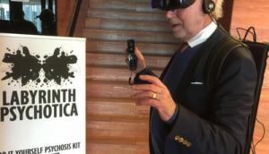Meneer met een Virtual Reality bril op