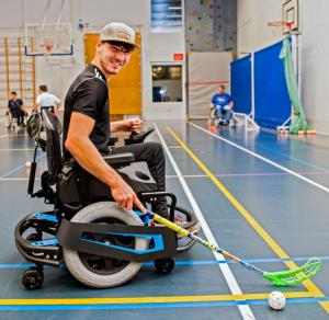 Meneer die rolstoel hockey doet