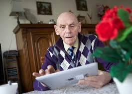 Oudere meneer met een iPad
