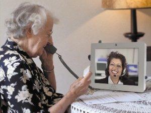 Een oudere mevrouw die aan het beeldbellen is