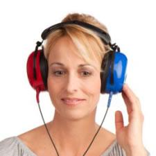 Mevrouw met koptelefoon op voor een hoortest