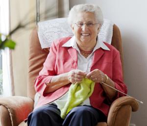 Oudere mevrouw is aan het breien