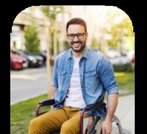 Foto van een meneer in een rolstoel