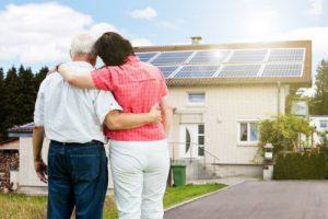 Senioren wonen, oudere kijken samen naar een huis