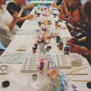 Ouderen die aan het knutselen en schilderen zijn