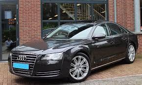 Foto van een zwarte taxi van het merk Audi