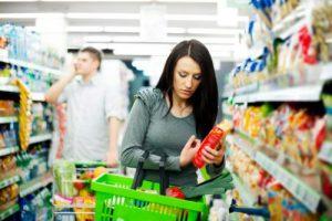 Mevrouw die in de supermarkt boodschappen doet