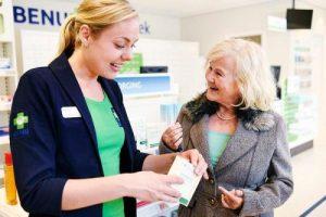 Een oudere mevrouw die advies vraagt aan een benu medewerker