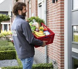 Een werknemer van SPAR die bezorgt aan de deur