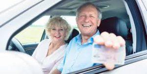 Oudere meneer laat zijn rijbewijs zien