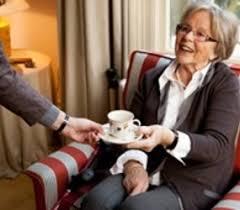 Oudere mevrouw met een kopje koffie