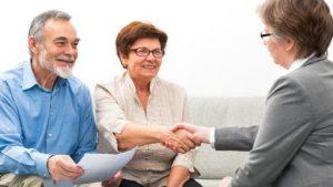 Een oudere man en vrouw in een ontmoeting voor een keukentafel gesprek