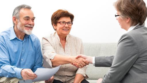 Een oudere man en vrouw in een ontmoeting voor een keukentafelgesprek