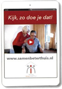 Een tablet met een video van hoe je iets moet uitvoeren op de website van samen beter thuis
