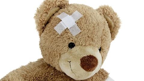 Een beer met een pleister op zijn voorhoofd