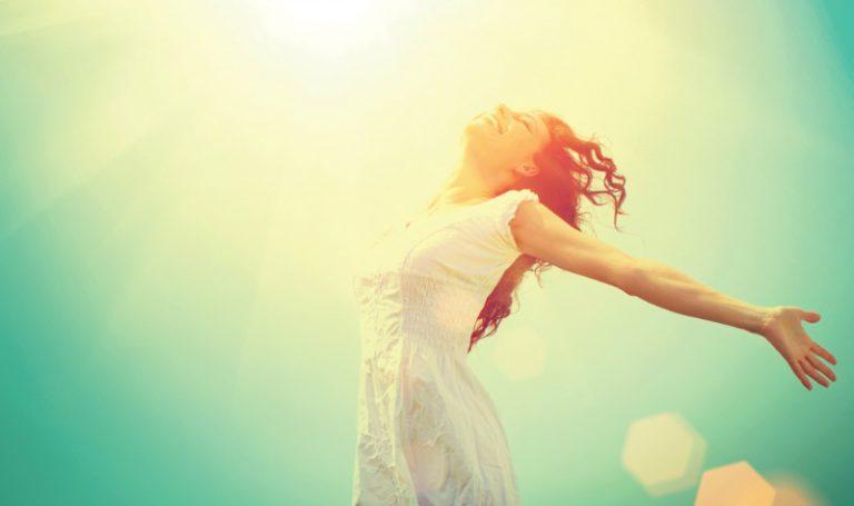 Een vrouw die in het zonlicht staat