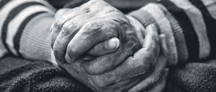 persoon met handen die in elkaar gevouwen zijn