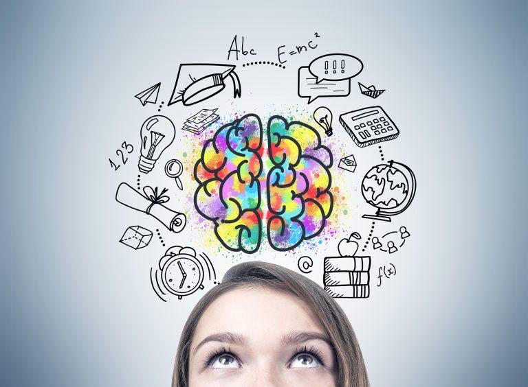 een persoon die naar boven kijkt naar een afbeelding van hersenen met andere kleinere afbeeldingen erom heen