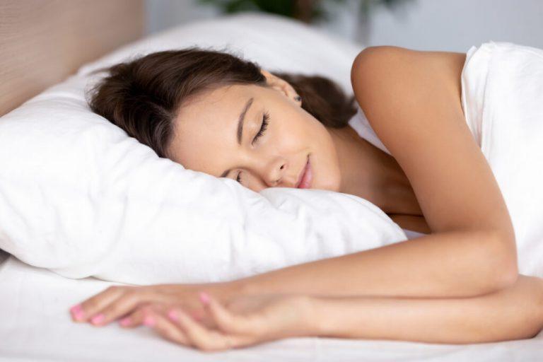 een mevrouw die aan het slapen is