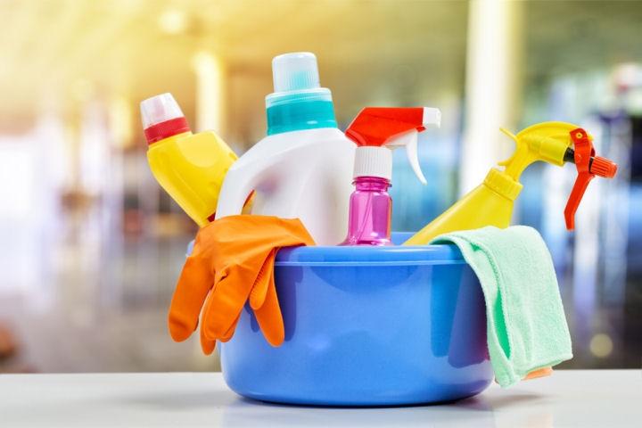 een teil met allerlei schoonmaakmiddelen