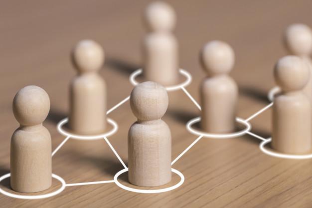 houte poppetjes in een netwerk figuurtje met cirkels eromheen en lijnen die daar naartoe leiden