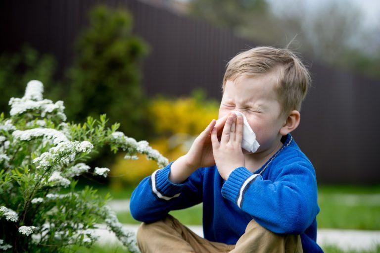 een jongentje die buiten zijn neus snuit