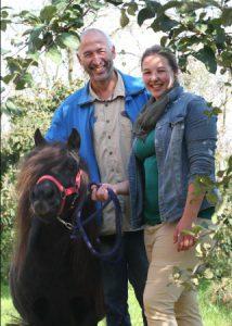 foto van bij de zorgboerderij binnenste buiten met een pony op de foto