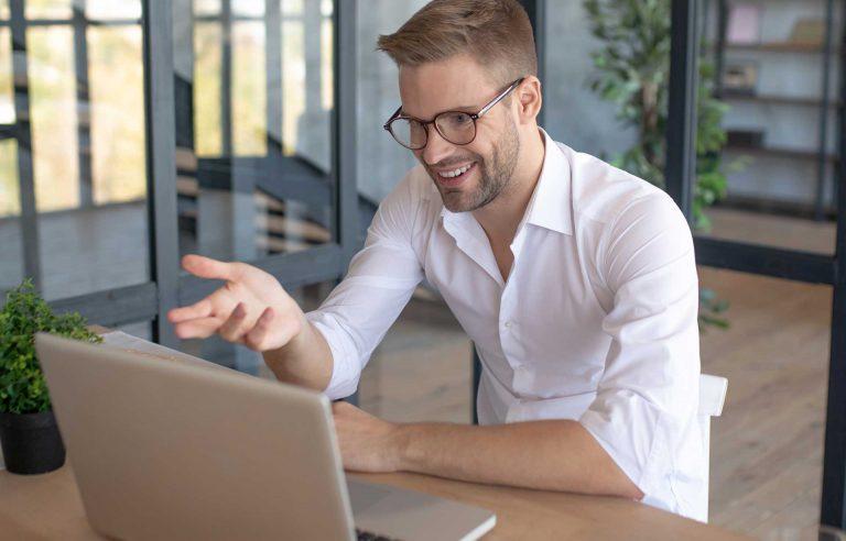 een meneer die thuis aan het werk is achter zijn laptop