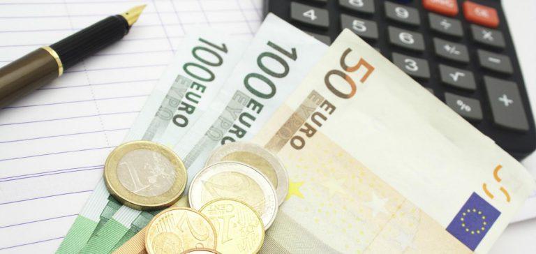 Foto van 2 briefjes van honderd en een briefje van 50, ook wat muntgeld een pen en een rekenmachine - Steunpunt belastingdienst